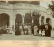 1904 - on pause devant le griffon de la source Cachat