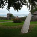 jardin Benicassim, avec une sculpture de type canoé échoué