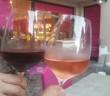 Elle choisi son vin et le fait découvrir avant de le servir