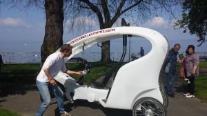 Christophe Peugeot installe le vélo taxi à Evian